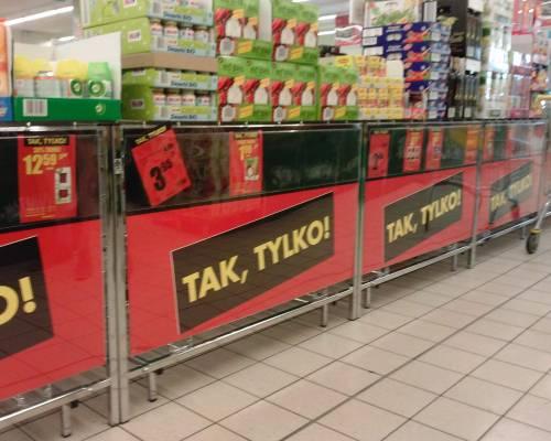 Druk plakatów w Warszawie - plakat sklepowy wiszący na ekspozycji