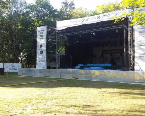 Druk banerów w Warszawie - reklama umieszczona na scenie